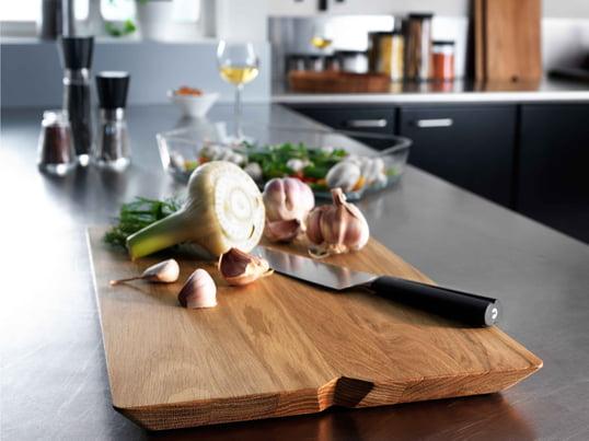 Wenn das Essen fertig ist, kann das Schneidebrett zum Servierbrett umfunktioniert werden. Es präsentiert Fleisch, Käse und Obst auf besonders schöne Weise.