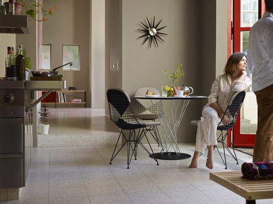 Der Wire Chair DKR macht sich gut im Esszimmer mit dem Dining Table von Vitra