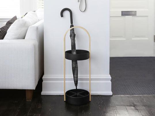 Der Umbra Regenschirmständer fügt sich mit seinem skandinavischen Design in jedes Interieur ein