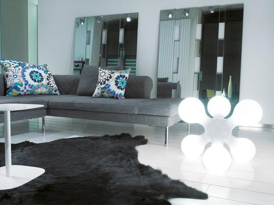 Die skulpturale Atomium Bodenleuchte von Kundalini erhellt Ihr Wohnzimmer in stimmungsvollem Licht. Das Design der Bodenleuchte ist dem Atomium Bauwerk in Brüssel nachempfunden.