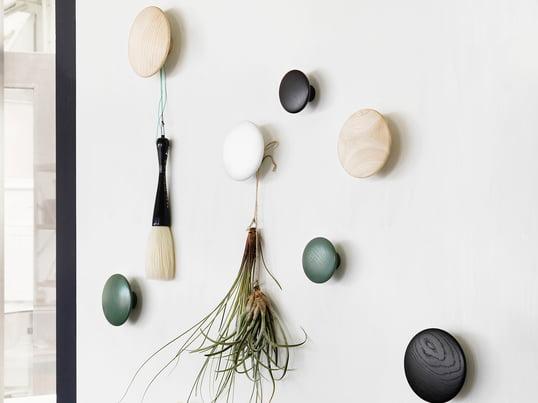 """Die Wandhaken """"The Dots"""" von Muuto eignen sich in small, medium und large als Flurgarderobe sowie als praktische Haken in der Küche und im Schlafzimmer."""