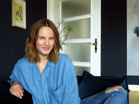 Portrait von Sabrina Pflüger im Wohnzimmer