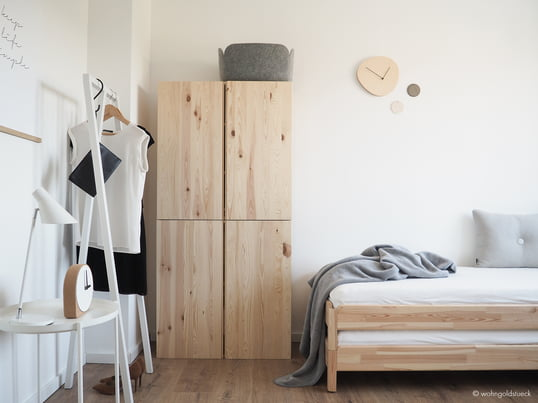 Die weiße Loop Stand Garderobe von Hay ist eine überzeugende Lösung, um einzelne Kleidungsstücke zu präsentieren, wie im Gästezimmer von Bloggerin Carina vom Dorff von wohngoldstueck.de.