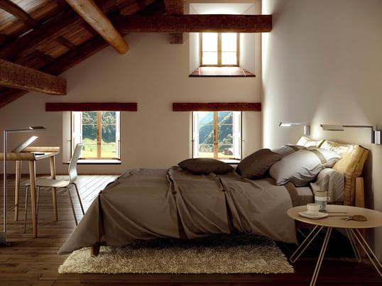 Von der Basis der Kant Leseleuchte von Estiluz geht ein Schwenkarm ab, an dem ein verstellbarer Lampenschirm befestigt ist. Die Leseleuchte eignet sich gut über dem Bett.