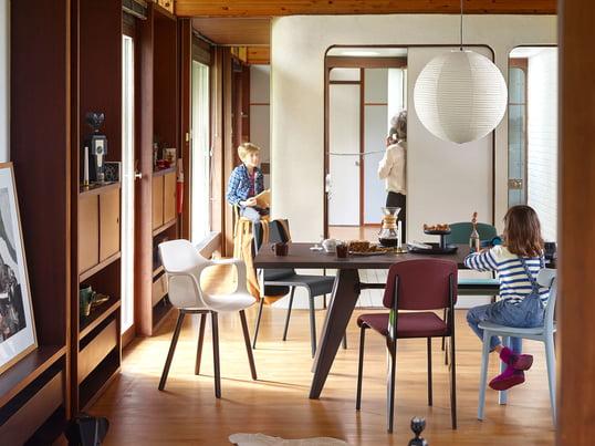 Der moderne Essbereich in warmen Tönen wurde mit Möbeln von Vitra ausgestattet. Der geräumige Solvay Esstisch überzeugt durch sein klares Design und bietet genügend Platz für die ganze Familie.