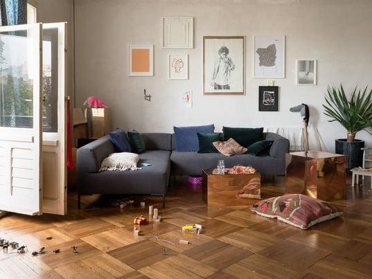 Die geraden Seiten und die leicht gewölbten Polsterungen laden zum Verweilen und Relaxen ein, während das modulare Sofa durch die filigranen Füsse einen leichten Ausdruck bekommt.