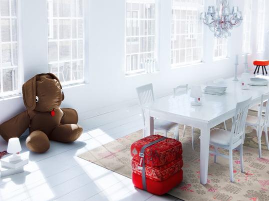 Die Möbel des niederländischen Herstellers Fatboy fügen sich hervorragend in das minimalistische Interieur des hellen Esszimmers ein. Die roten Stoffe bieten einen auffälligen Blickfang.