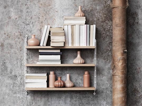 Das Pocket Wandregal von String in der Ambienteansicht. Das Wandregal ist die optimale, praktische und kompakte Lösung für Bücher, Vasen und anderen Accessoires.