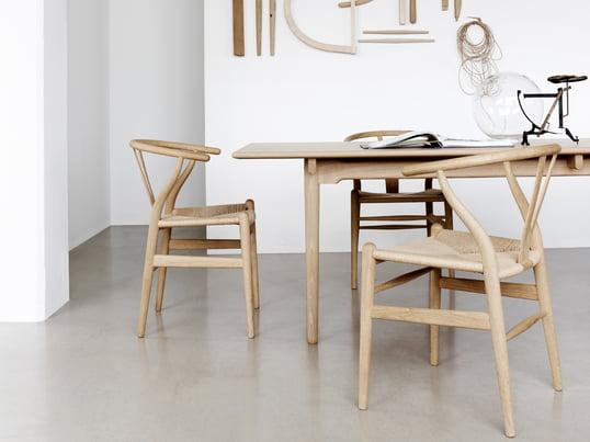 CH24 Wishbone Chair von Carl Hansen: Allein die handgeflochtene Sitzfläche besteht aus 120 m Papierkordel, die von Carl Hansen & Søn in kompromissloser Qualität verarbeitet wird.