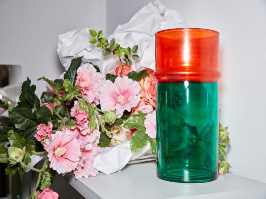 Die Marokkanische Vase von Hay in Grün und Rot bringt einen Hauch Exotik zum New Scandi Look.