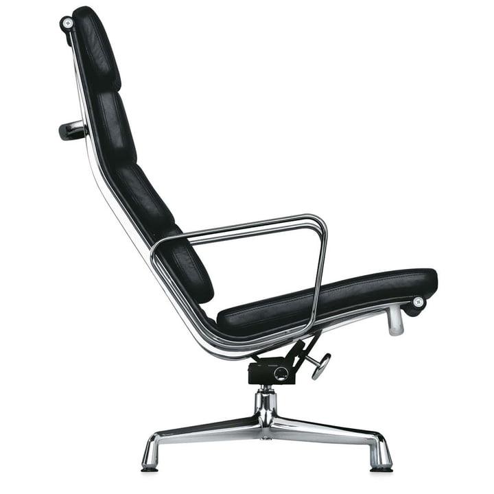 EA 222 Soft Pad Sessel Chrom mit Armlehnen drehbar von Vitra in Leder Schwarz (Filzgleiter)