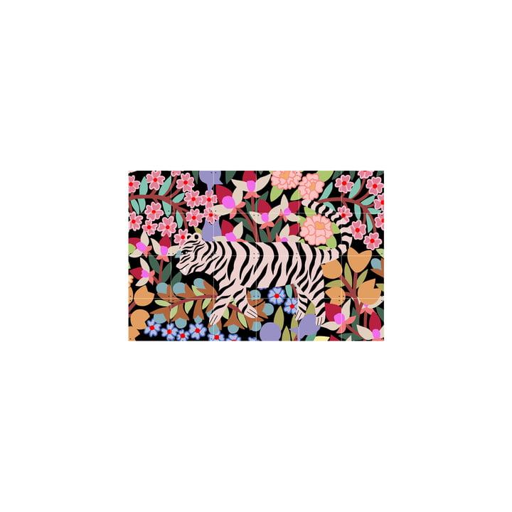 Das Tiger in Flowers Wandbild von IXXI wird ohne Bohren aufgehangen