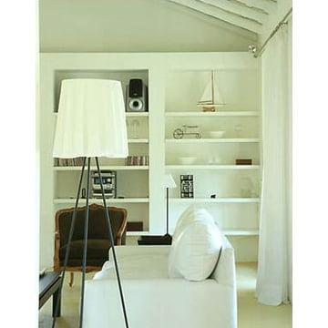 Rosy Angelis Stehlampe von Flos in weiss eingerichtetem Wohnzimmer
