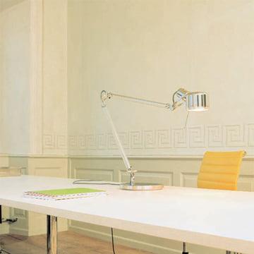 Die Job Tischleuchte von Serienlighting im Büro