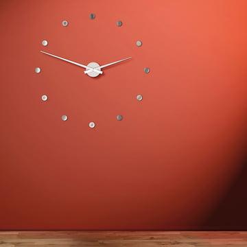 Die Flexible Wanduhr auf rotem Hintergrund