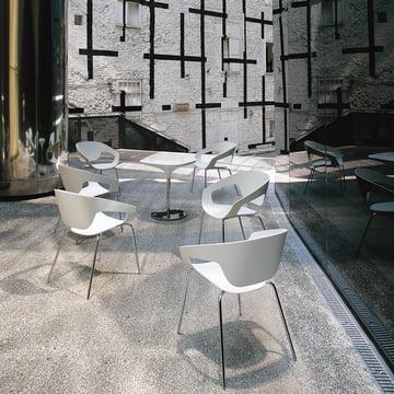 Moderner Aussenbereich mit Vad Stühlen und Tischen in Weiss