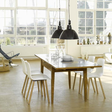 Esszimmerstuhl mit Holzuntergestell und Kunststoffschale