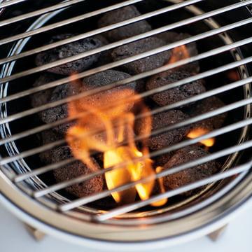 Eva Solo Tischgrill frontalaufnahme mit brennender Holzkohle