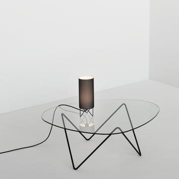Ausgefeiltes Design, leichte Atmosphäre: Gubi Pedrera Couchtisch und Tischleuchte PD1