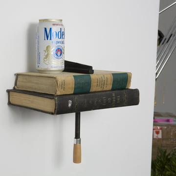 Das Wall Clamp Regal mit Bücher und Getränkedose