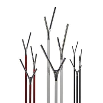 Drei Varianten des Wishbone Kleiderständers von Frost