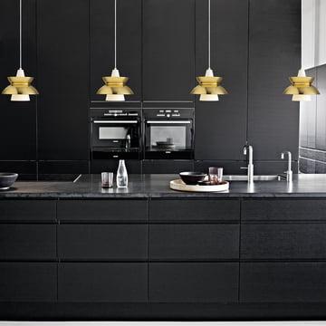 DooWop Pendelleuchte von Louis Poulsen in Messing in der Küche