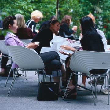 Vitra - Tom Vac, Ambientebild im Cafe im Cafe mit Frauen