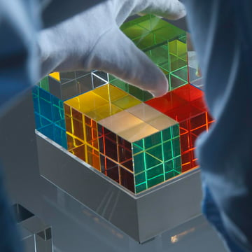 Tecnolumen - Cube Light, bunt - mit Hand