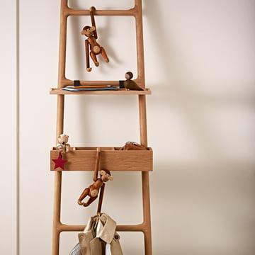 Holz-Affe, der Bär und die Unzertrennlichen von Kay Bojesen an einer Leiter