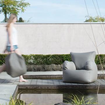 Checker XL Sessel und Hocker im Garten