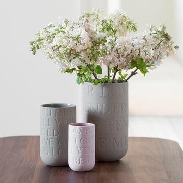 Dekorative Vasen mit Typografie-Details