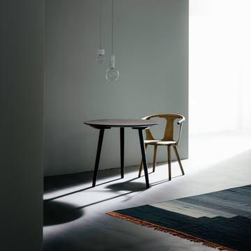 In Between Tisch und Stuhl mit Another Rug Teppich von &Tradition