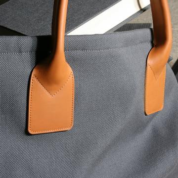 LOUIS Stauraum Tasche von Maigrau aus dunkelgrau, lackierter Esche mit Textil in dunkelgrau