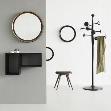 Hocker aus Eiche mit Trumpet Garderobenständer, Spiegel und Box System aus Mangoholz von Mater