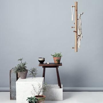 Hängegarderobe aus Holz mit natürlichem Charme