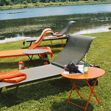 Pouce Tisch und Dune Sonnenliegen von Fermob