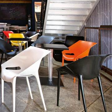 Klares, modernes Bild im Café, auf der Terrasse oder im Empfangsbereich