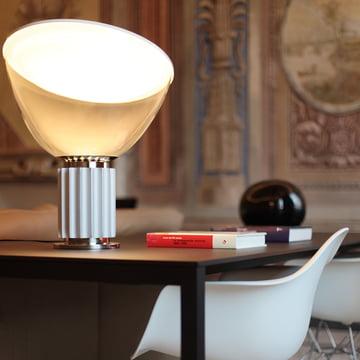 Die Taccia LED Tisch- und Bodenleuchte von Flos in Aluminium eloxiert