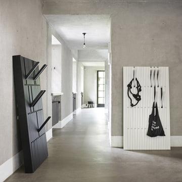 Die Piano Hanger in Eiche schwarz, large und Buche weiss, large von Peruse