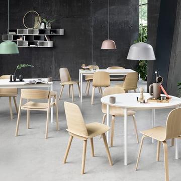 Die Ambit Pendelleuchte, der Nerd Stuhl, der Cover Stuhl, der Visu Stuhl und der Base Tisch von Muuto