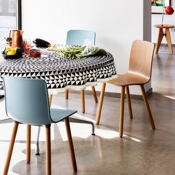 Hal Wood Stuhl und Leinentischdecke Geometric von Vitra