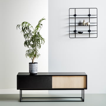 Virka Sideboard Low und Stedge Wandregal von Woud