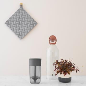 Der Hold-On Topflappen und die Cool-It Wasserkaraffe von Stelton