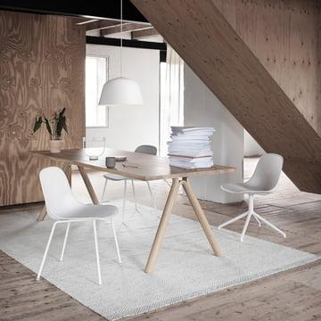 Split Table und Stühle von muuto