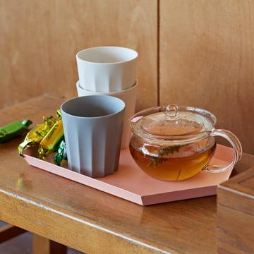 Die Iris Tasse Rund und weiss und grau sowie das Kaleido in Pfirsich von Hay