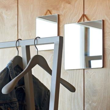 Der Ruban Spiegel und Loop Garderobe von Hay