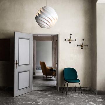 Matégot Garderobenhaken von Gubi mit Turbo Pendelleuchte und Beetle Dining Chair