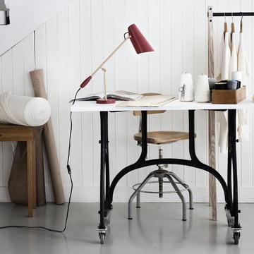 Die Northern Lighting - Birdy Tischleuchte in marsala / messing matt auf dem Arbeitstisch platziert