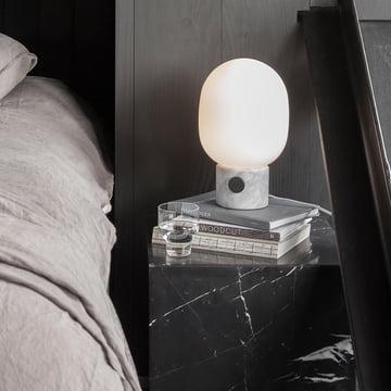 Die Menu - JWDA Tischleuchte, Marmor auf dem Nachttisch