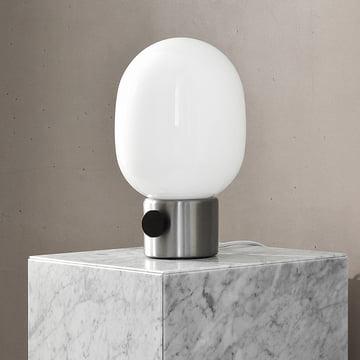 Die Menu - JWDA Tischleuchte, Stahl gebürstet auf einem Marmortisch